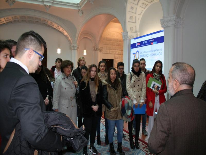 Imagen del acto.El Defensor con alumnos de la URJC