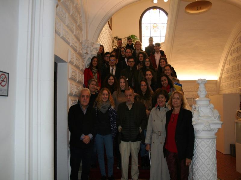 Imagen del acto.Alumnos de la Universidad Rey Juan Carlos con el Defensor del Pueblo