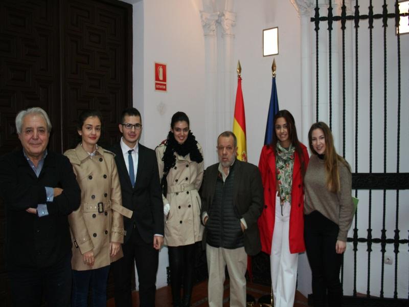 Imagen del acto.El Defensor del Pueblo (e.f.), Francisco Fernández Marugán, y su jefe de gabinete, posan con alumnos de la Universidad Rey Juan Carlos.