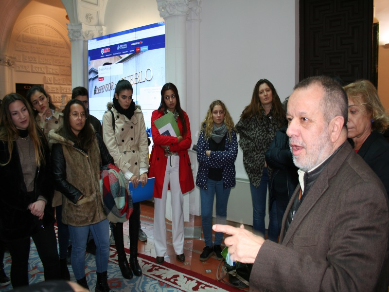 Imagen del acto.El Defensor con alumnos de la Rey Juan Carlos