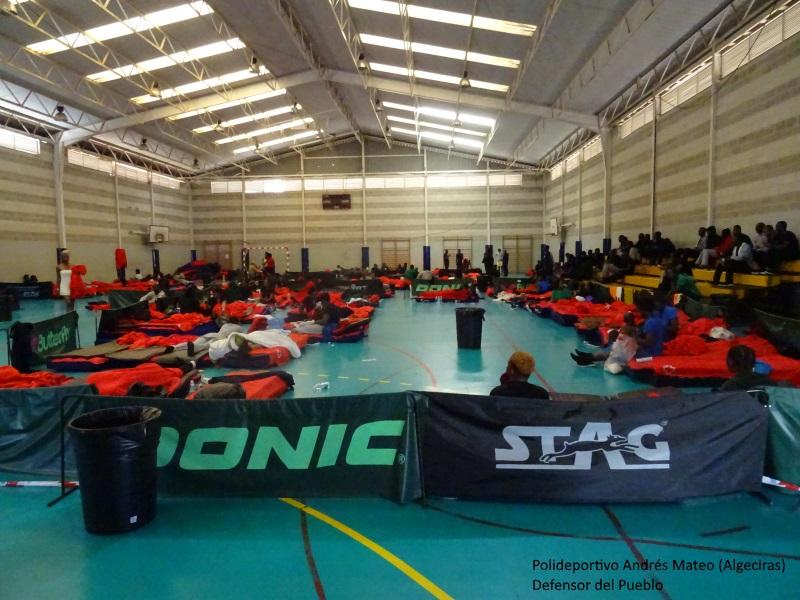 Vista Polideportivo Andrés Mateo de Algeciras en agosto 2018. Inmigrantes tumbados en colchonetas y arropados con mantas