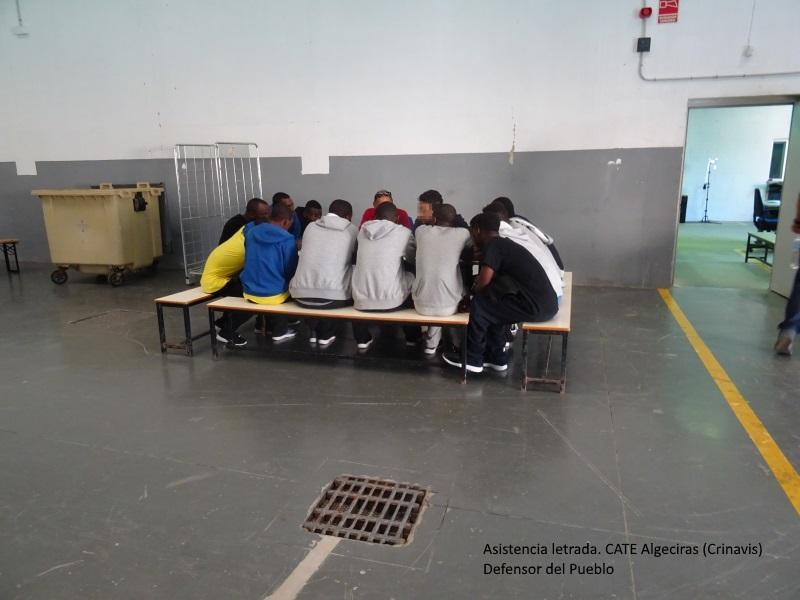 Inmigrantes sentados a una mesa en el CATE de Algeciras