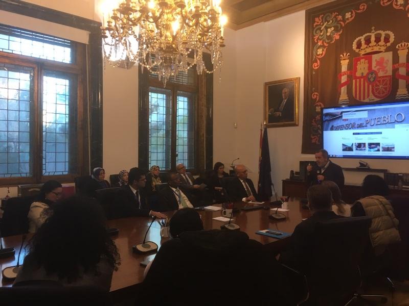 El Defensor del Pueblo (e.f.), Francisco Fernández Marugán, charlando en la sede con alumnos y alumnas del curso de asesores parlamentarios