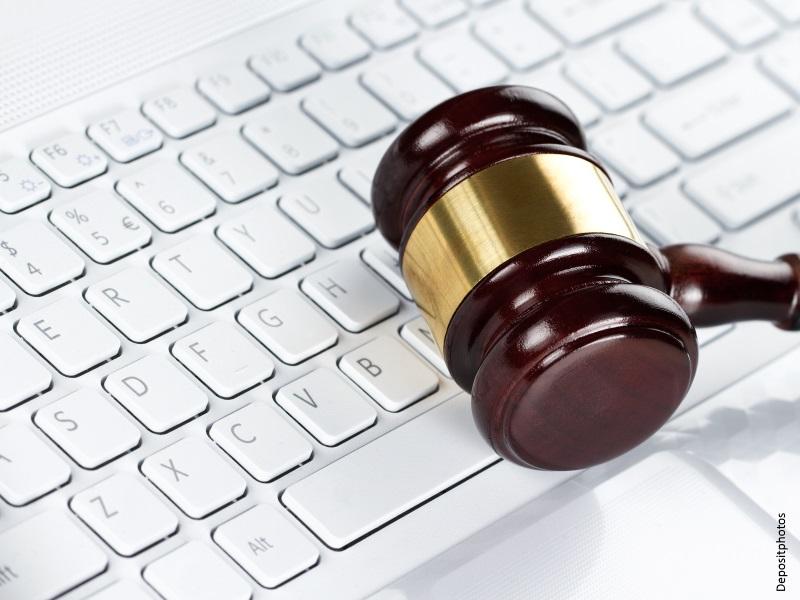 Maza de Juez sobre teclado de ordenador
