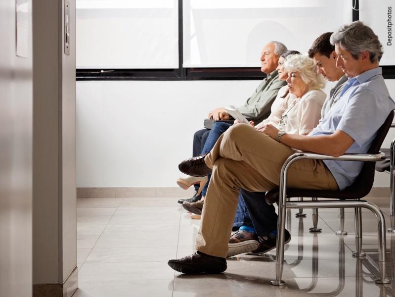Personas esperando en consulta de hospital