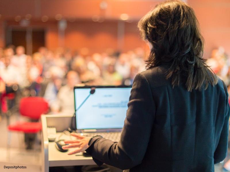 Mujer dando conferencia