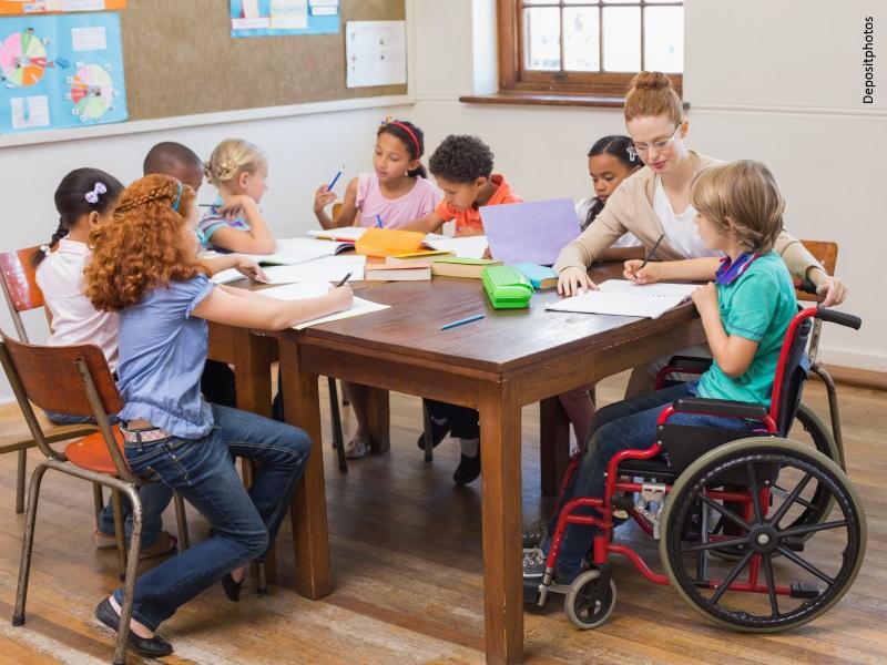 Clase de alumnos de primaria con un alumno en silla de ruedas