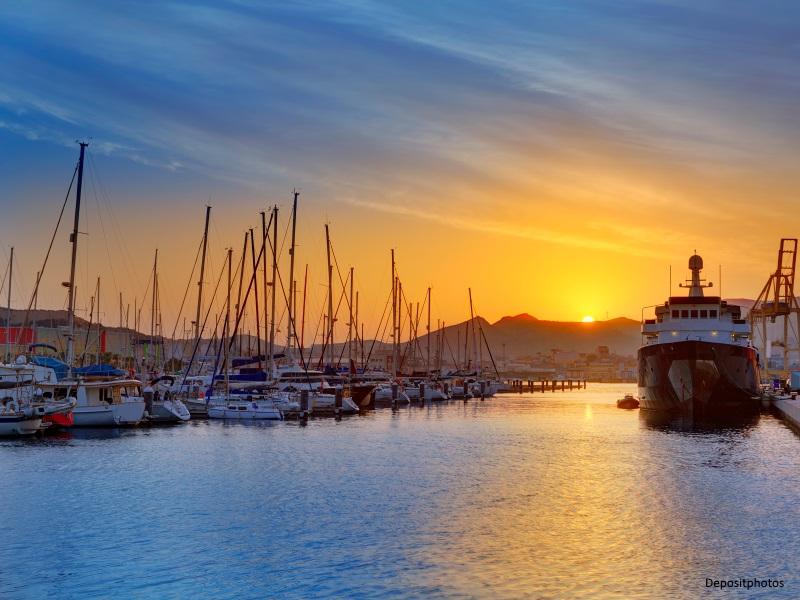 Barcos atracados en el puerto de Cartagena al amanecer