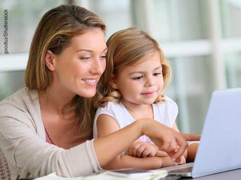 Mujer y niña mirando la pantalla de un ordenador portátil