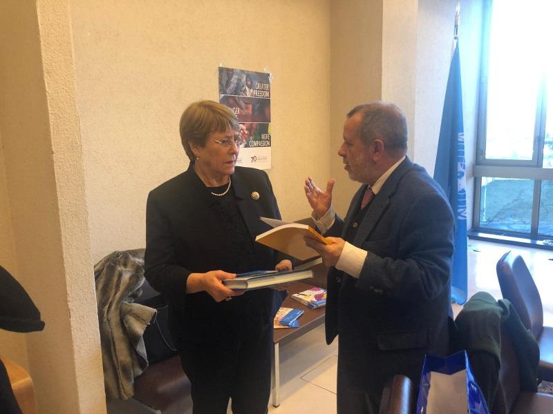 La Alta Comisionada de la ONU para los DDHH, Michelle Bachelet y el defensor del Pueblo (e.f.), Francisco Fernández Marugán charlando