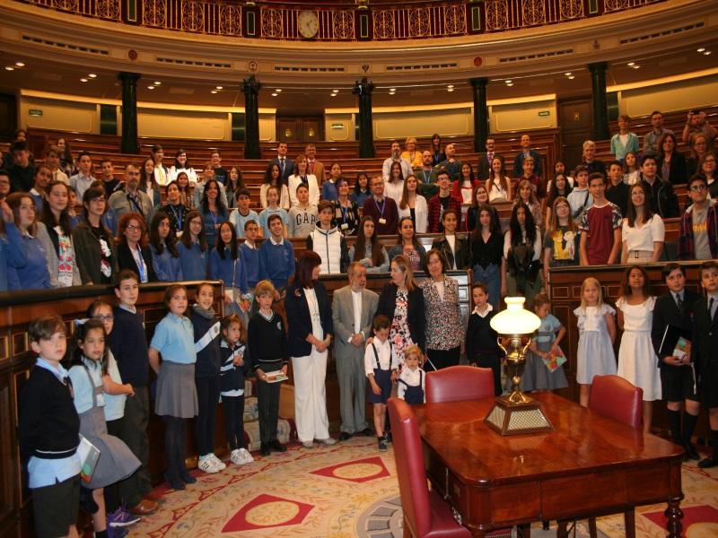 Foto de familia en el congreso de los diputados durante la entrega de los premios. Entre ellos, Defensor, la segunda adjunta y Ana Pastor