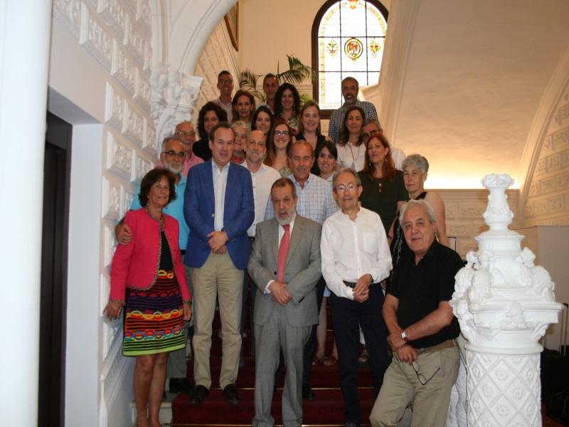 Foto de grupo con los representantes de comisionados autonómicos en el Taller preparatorio de las Jornadas del Defensor en la sede del Defensor