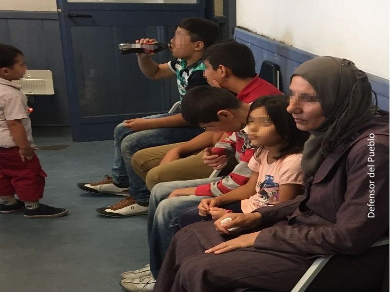 Niños y mujeres refugiados, rostros pixelados