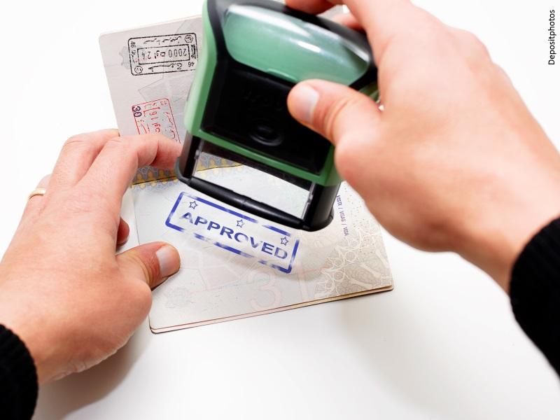 Sello de aprobado en un pasaporte