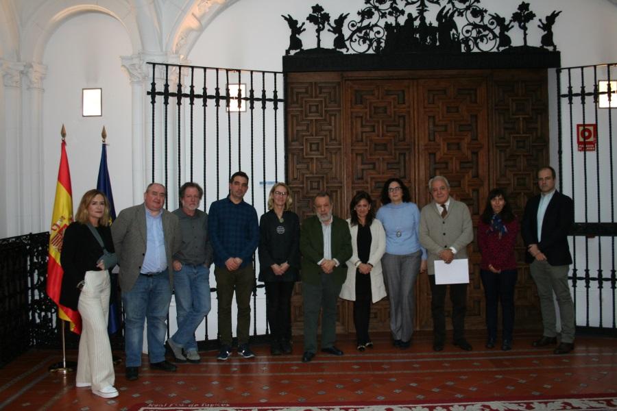 Foto de familia delGrupo de Monitoreo de la Sociedad Civil para el cumplimiento de los Dictámenes del Comité DESC y personal del Defensor del Pueblo.