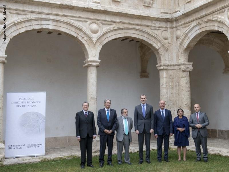 El Rey Felipe VI junto al Defensor e.f. Francisco Fernández Marugán y otras personalidades en la entrega del Premio de Derechos Humanos