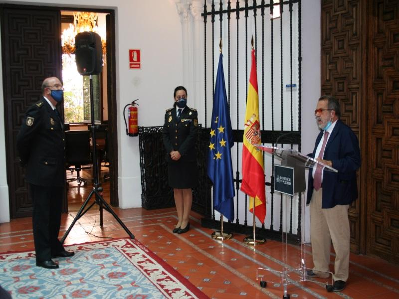 Entrega de la Encomienda de la Orden de Isabel la Católica al ex comisario de Mariano Fernández de la Hera.