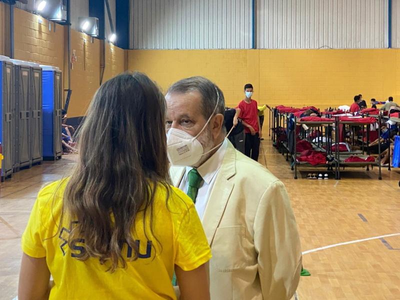 El Defensor conversa con una trabajadora en una instalación para la acogida de menores de Ceuta
